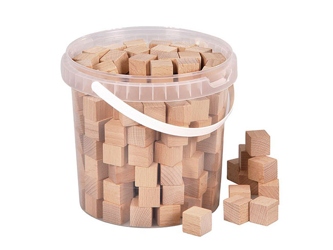 drevené prírodné kocky na príklady a počítanie na hodinách matematiky